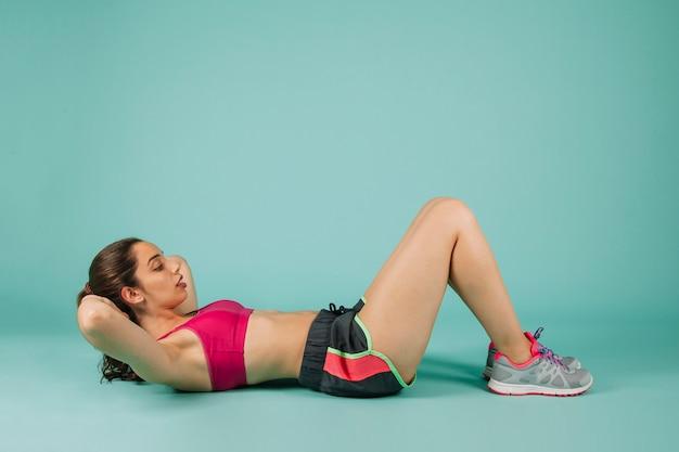 Mujer fuerte entrenando los abdominales
