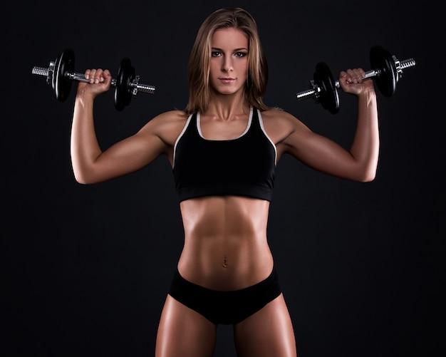 Mujer fuerte fitness con pesas