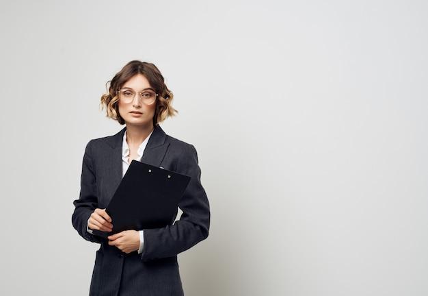Mujer con gafas documentos en mano trabajo profesional
