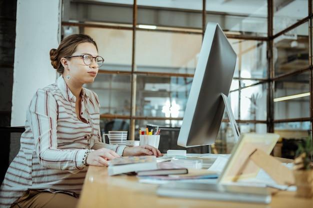 Mujer con gafas. empresaria sobrecargada ocupada con gafas leyendo carta comercial
