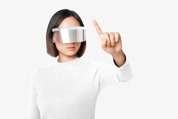 Mujer con gafas inteligentes en tema de tecnología futurista