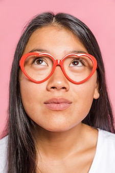 Mujer con gafas y mirando hacia arriba