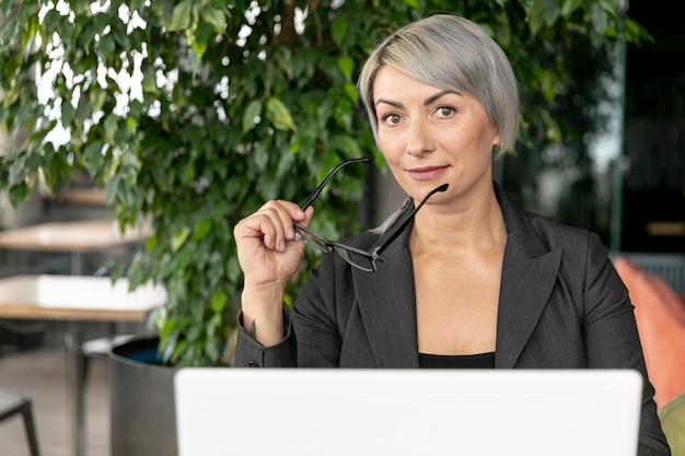 Mujer con gafas mirando a cámara