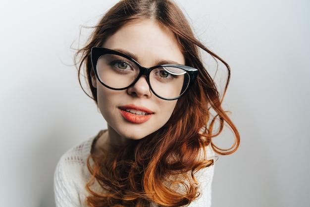 Mujer en gafas de negocios clásicas, fondo claro
