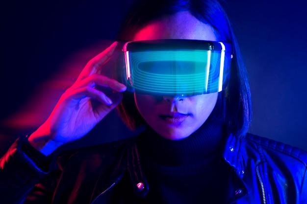 Mujer con gafas, realidad aumentada, cobertura de redes sociales azul