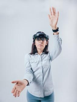 Mujer con gafas de realidad aumentada.