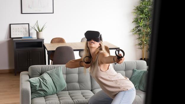 Mujer con gafas de realidad virtual plano medio