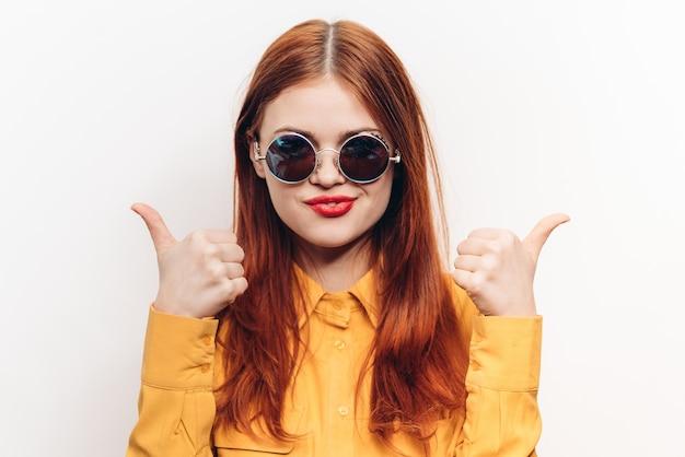 Mujer con gafas de sol aislado