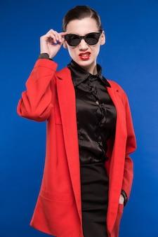 Mujer con gafas de sol y labios rojos en los labios