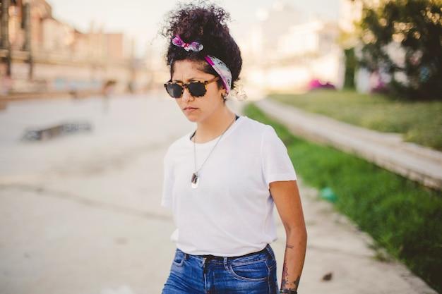 Mujer, gafas de sol, posición, afuera