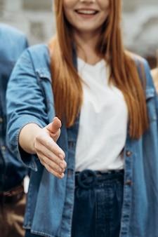 Mujer con ganas de estrechar la mano en el trabajo