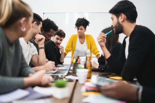 Mujer gerente dirigiendo una reunión de intercambio de ideas