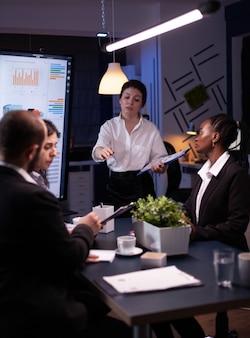 Mujer gerente ejecutiva explicando las estadísticas de gestión que trabajan en la estrategia de la empresa