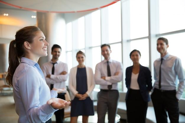 Mujer gerente ejecutivo y equipo