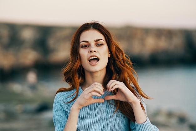 Mujer gesticulando con las manos naturaleza libertad alegría aire fresco