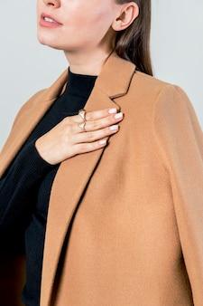 Mujer glamorosa con un abrigo marrón