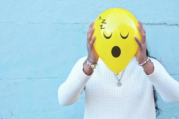 Mujer con un globo en la cabeza