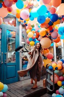 Mujer con globos de colores