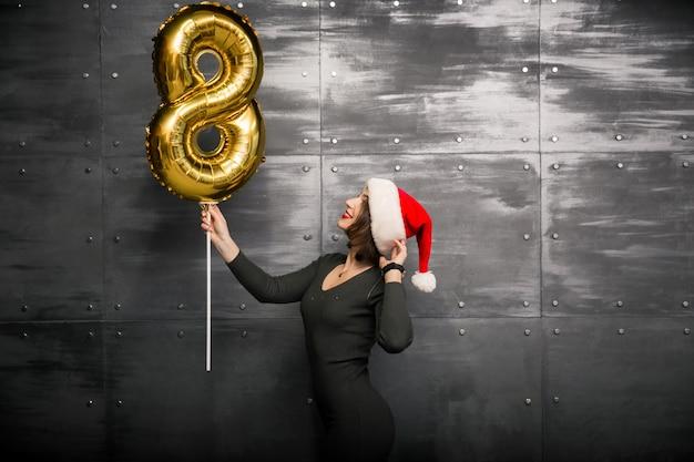 Mujer con globos en un nuevo año