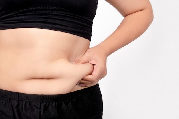 Mujer gorda atrapando el exceso de grasa del vientre.