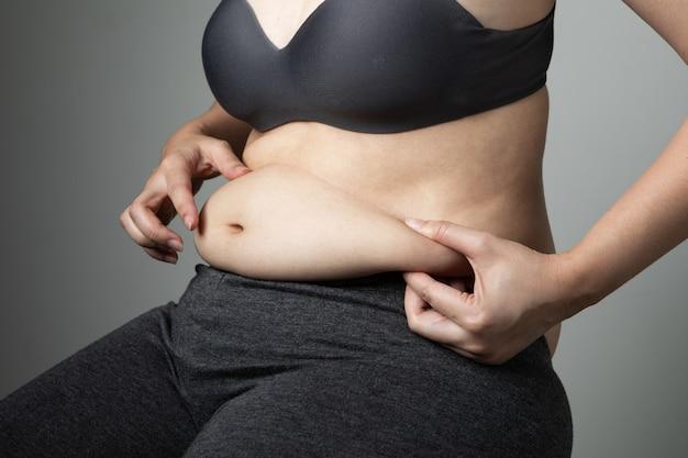 Mujer gorda celulitis del vientre poco saludable