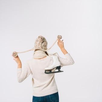 Mujer, en, gorra, tenencia, patines
