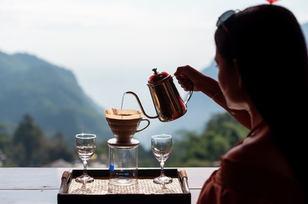 Mujer goteando café en phahee village, chiang rai, tailandia