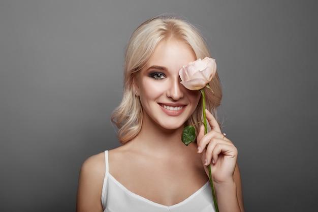 Mujer con una gran flor en la mano. mujer agradable