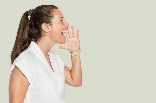 Mujer gritando por un anuncio