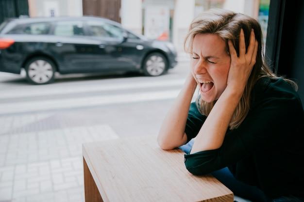 Mujer gritando en café