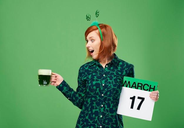 Mujer gritando con una jarra llena de cerveza y calendario