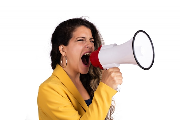 Mujer gritando en un megáfono.
