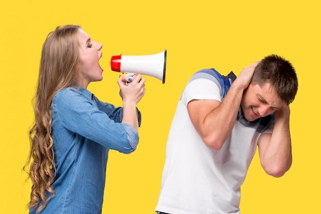 Mujer gritando en megáfonos el uno al otro