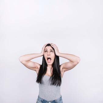 Mujer gritando y mirando hacia arriba