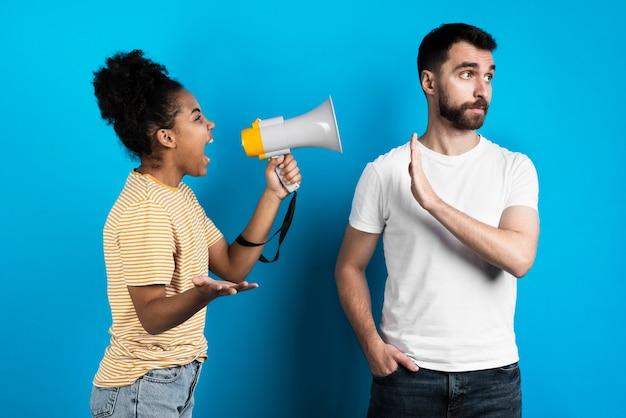 Mujer gritándole a un hombre no molestado
