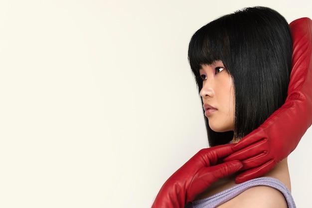 Mujer con guantes rojos posando