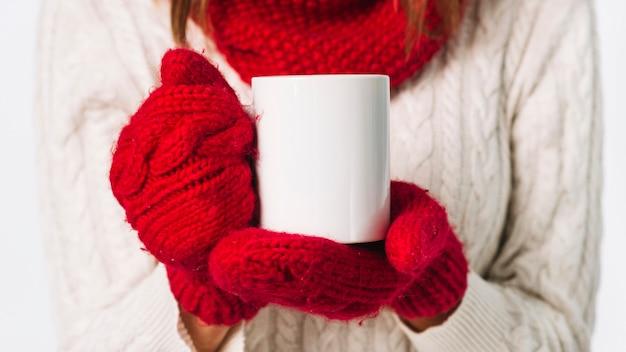 Mujer, en, guantes, tenencia, taza