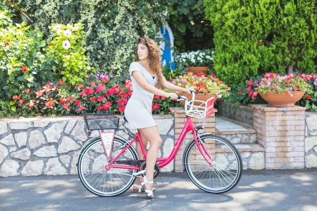 Mujer guapa montando en bicicleta