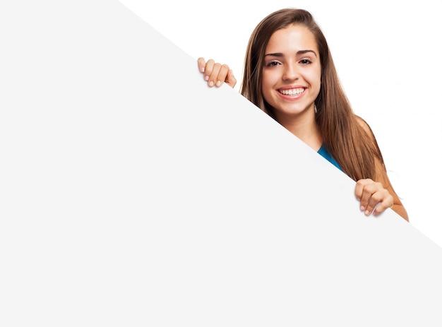 Mujer guapa posando con un letrero en blanco