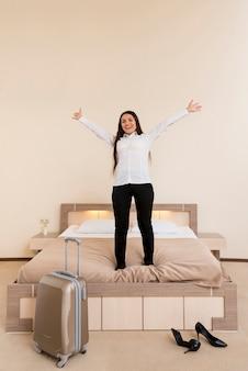 Mujer en habitación de hotel