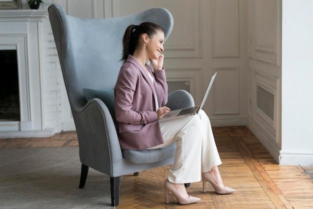 Mujer hablando por teléfono en casa