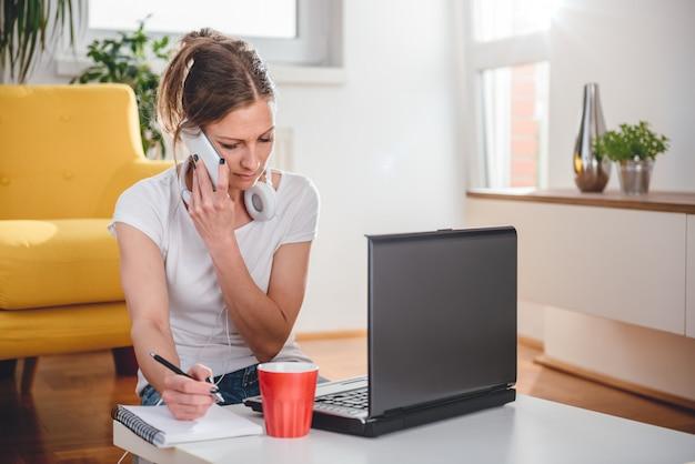 Mujer hablando por teléfono inteligente