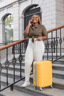 Mujer hablando por teléfono mientras viaja