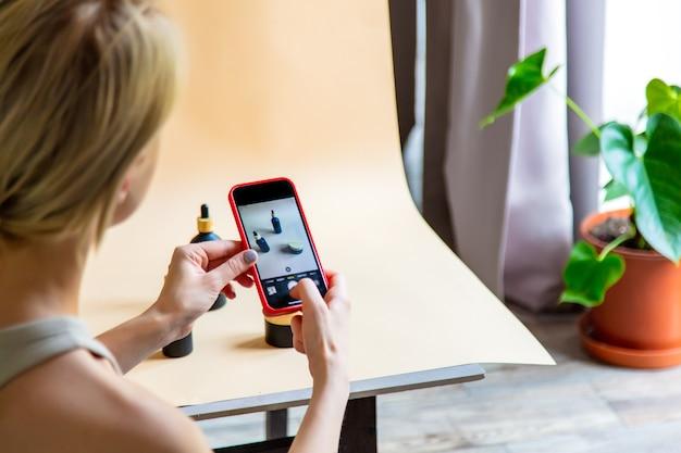 Mujer hace una foto de producto para vender online en internet desde casa