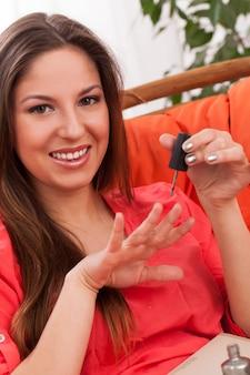 La mujer hace la manicura en casa