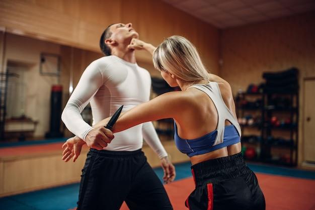 Mujer hace puñetazo en la garganta, defensa propia