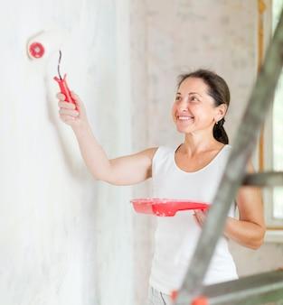 Mujer hace reparaciones en casa