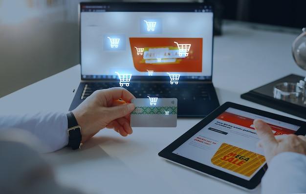 Mujer hacer compras en línea con tarjeta de crédito y computadora portátil concepto de compras digitales