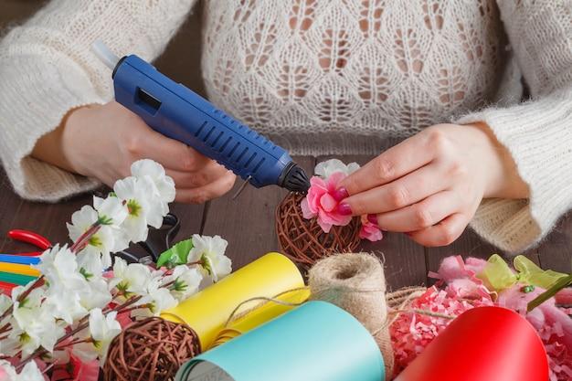 Mujer hacer decoración floral