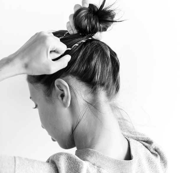 Mujer haciendo bollo de pelo